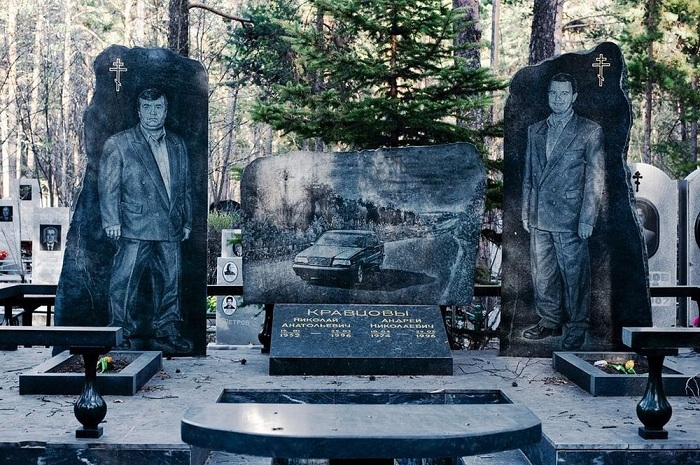 Надгробье бандитов лихих 90-х. | Фото: amusingplanet.com.
