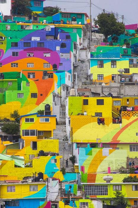 Город Palmitas раскрашен всеми цветами радуги.