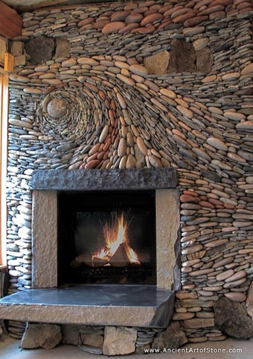 Художественное оформление камнем каминной стенки.
