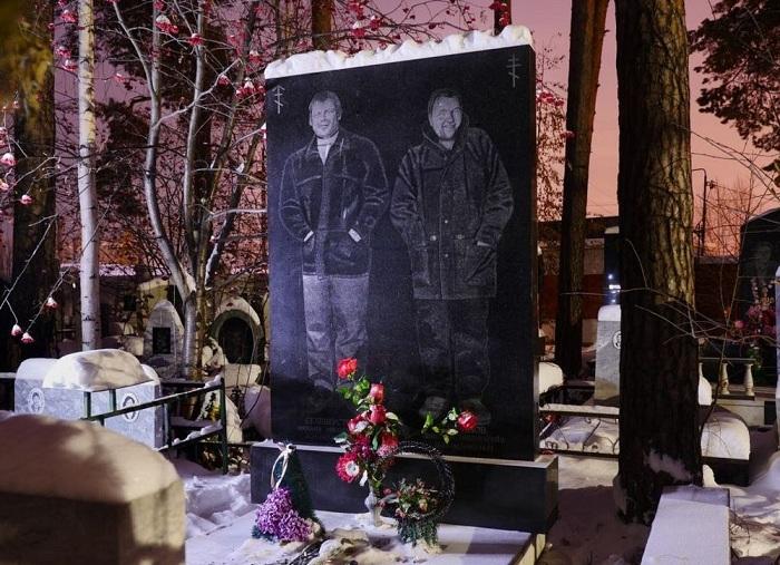 Надгробье на Широкореченском кладбище в Екатеринбурге. | Фото: amusingplanet.com.
