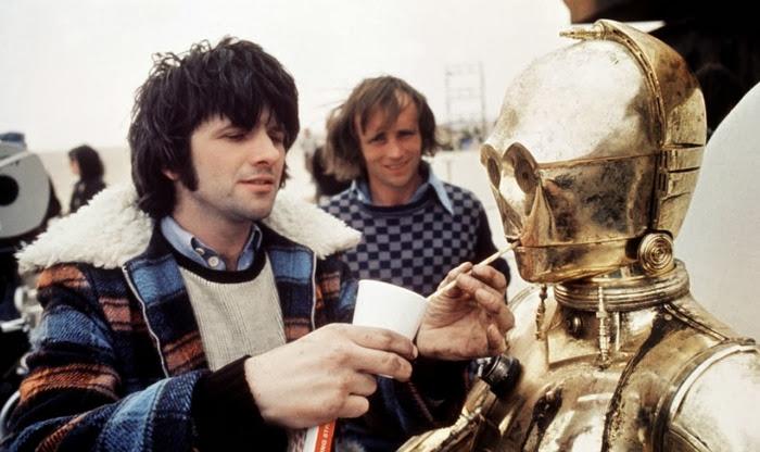 Золотистый робот C3PO.