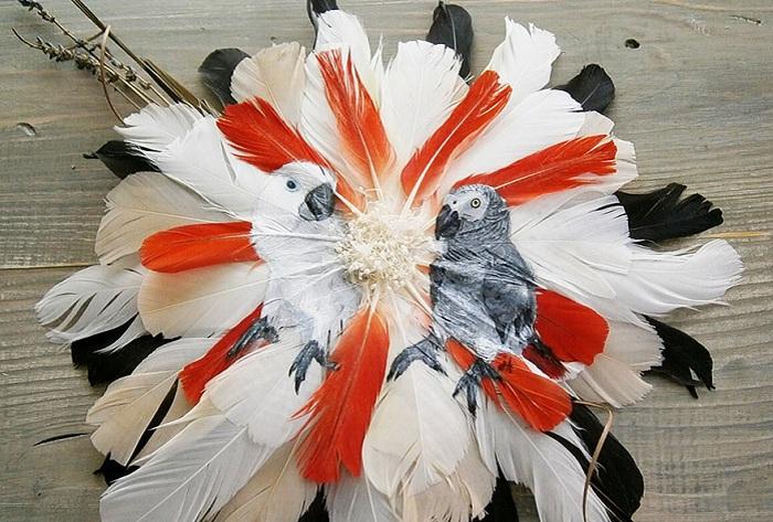 Изображения попугаев, выполненные на перьях.