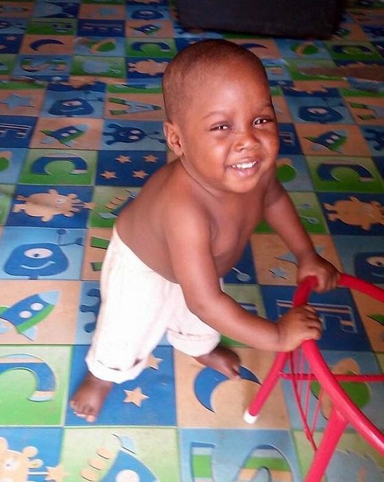 Теперь этот ребенок всегда улыбается.