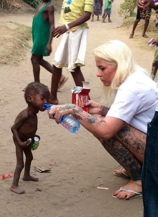 2 месяца назад бродячего и изможденного малыша нашла женщина-волонтер, работающая в Нигерии.