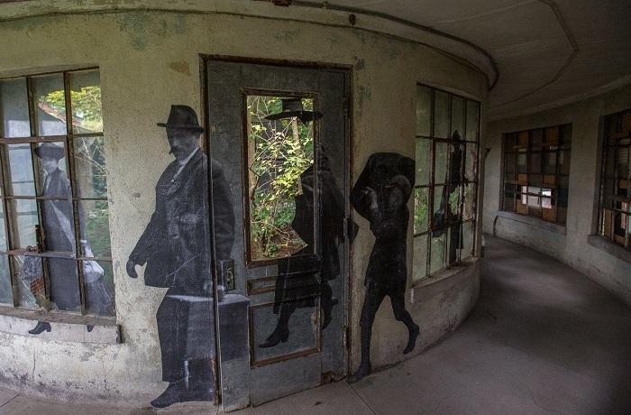 Снимки эмигрантов, расположенные на стенах бывшей больницы.