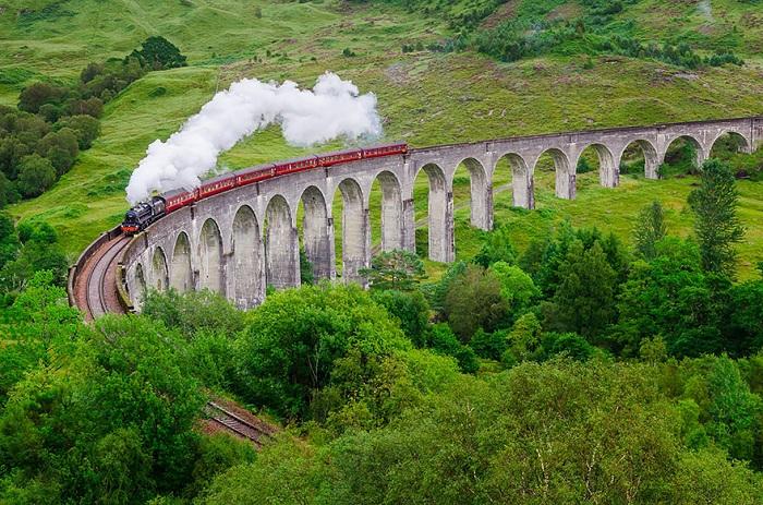 Один из самых красивых железнодорожный мостов - Glenfinnan Viaduct.