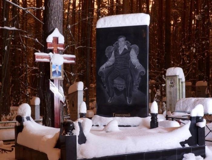 Пафосное надгробье убитого. | Фото: amusingplanet.com.