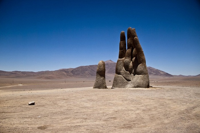 Mano del desierto - скульптура в пустыне Атакама (Чили).