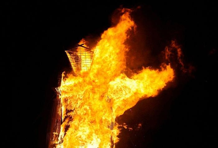 Кульминация фестиваля - сожжение огромной фигуры.