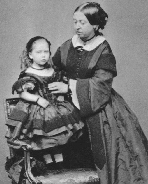 Королева Виктория и ее дочь Беатрис. | Фото: mirror.co.uk.