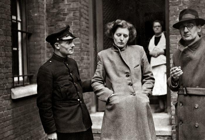 Француженка, обвиняемая в интимной связи с нацистами.