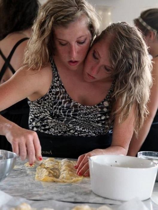 Девушки научились делать все сообща. | Фото: molecula-6b60.kxcdn.com.