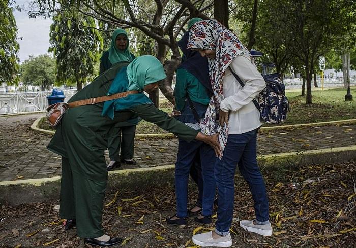 Женщины-полицейские следят за внешним видом прохожих. | Фото: dailymail.co.uk.