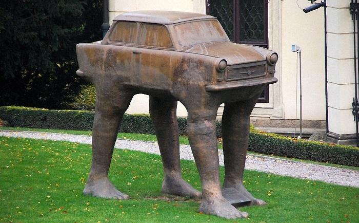 Эта скульптура находится перед немецким посольством в Праге.