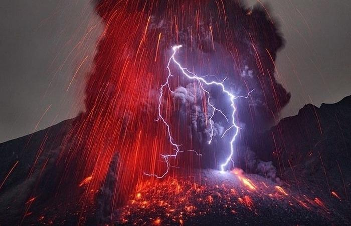 Молния, возникающая во время извержения вулкана.
