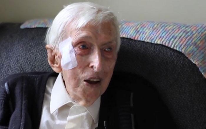 109-летний Alfred Date вяжет пингвинам одежки.