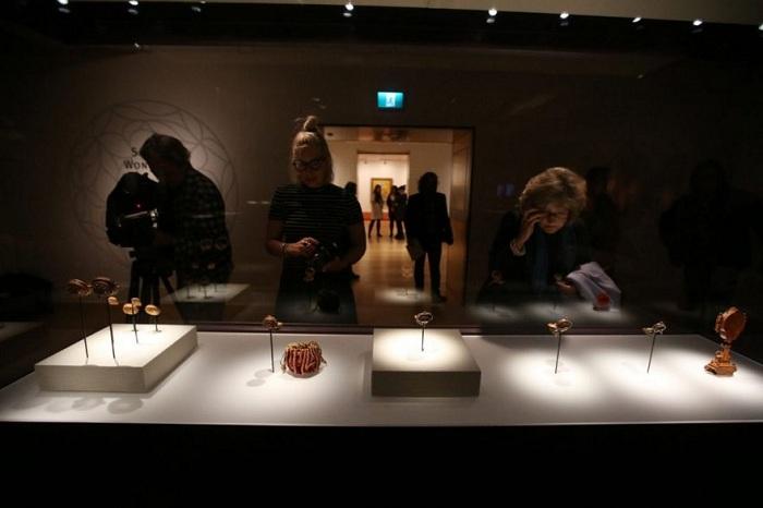 Резные миниатюры. выставленные в музее.