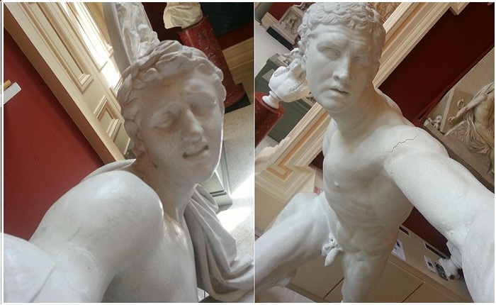 Снимки статуй, будто бы делающих selfie.