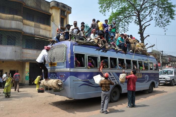 Перегруженный индийский автобус.