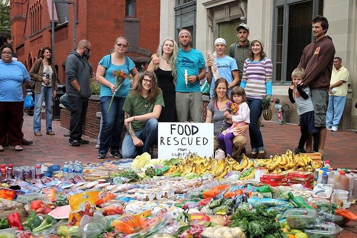 Активисты собрали продукты из баков.