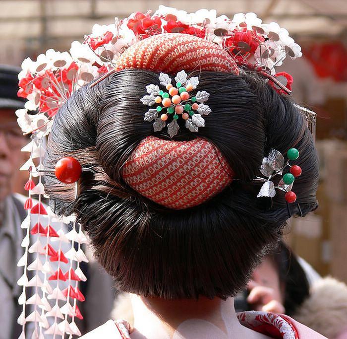 Современные гейши используют парики для своих выступлений. | Фото: cosmoplastica.ru.