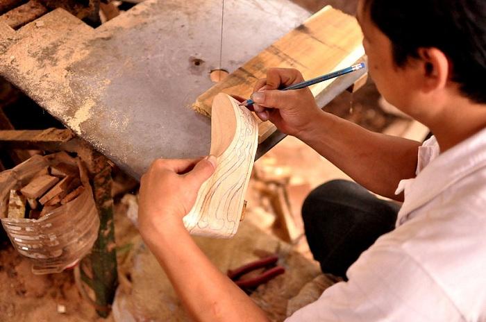 Процесс создания обуви с деревянной подошвой.