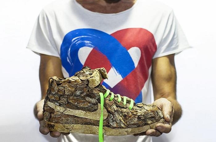 Кроссовок из древесины.