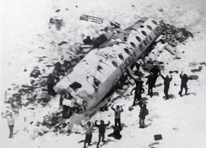 Снимок радующихся выживших после крушения самолета.