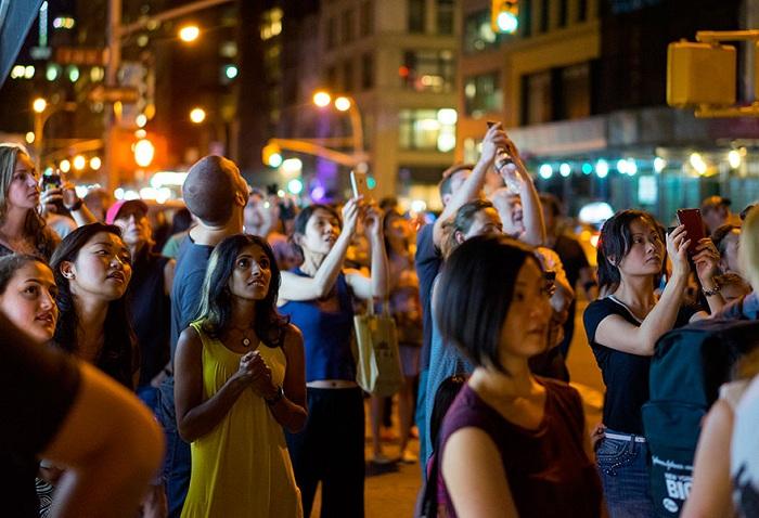 За световым шоу наблюдало несколько десятков тысяч человек в радиусе 20 кварталов.