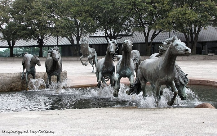 Скульптура, установленная в городе Ирвинг (штат Техас, США).