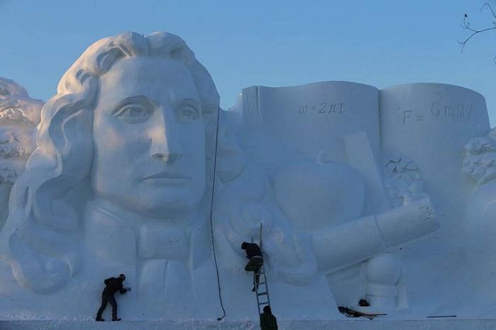 Гигантская снежная скульптура.