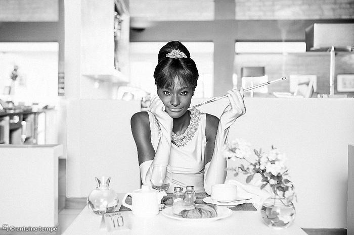 Знаковая сцена из к/ф «Завтрак у Тиффани» с участием африканской модели.