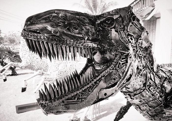 Динозавр, сваренный из металлолома.