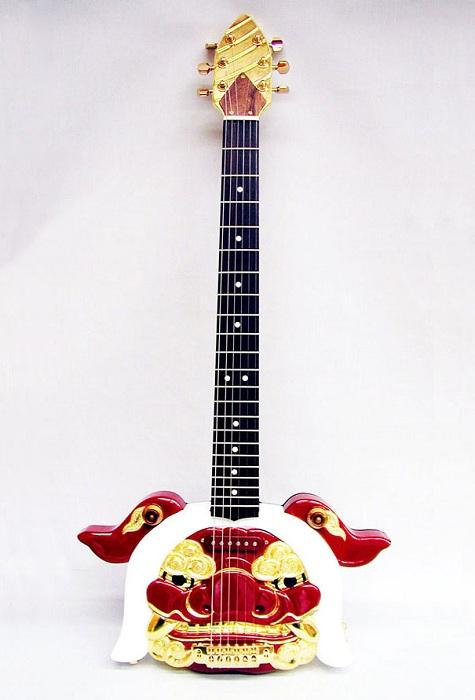 Гитара, вырезанная из дерева.