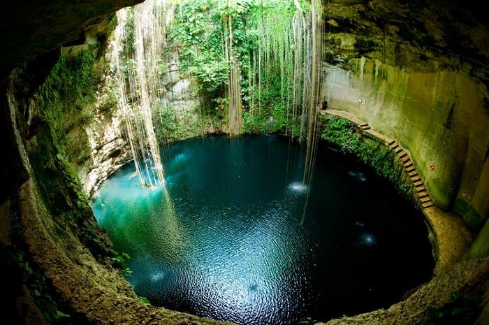 Подземный источник - сеноте (Мексика).