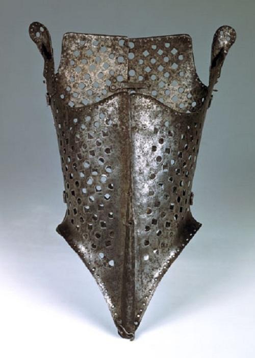 Средневековый корсет, больше похожий на орудие пыток.
