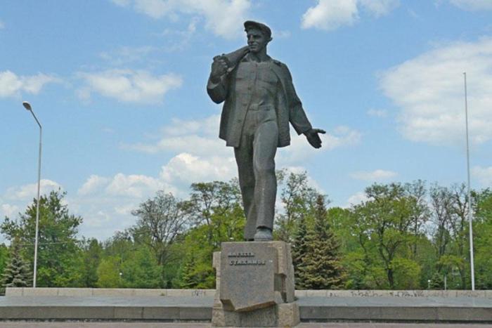 Памятник А. Стаханову, установленный в г. Стаханов.