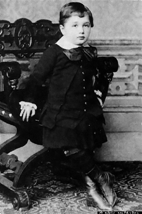 Уильям Сидис (William Sidis) - самый известный вундеркинд начала 20 века.
