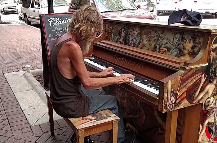 Бездомный играет на пианино.