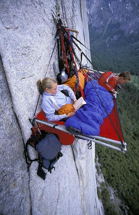Отчаянные альпинисты отдыхают на прямо на скале.