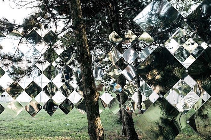 Зеркала, отражающие лес.