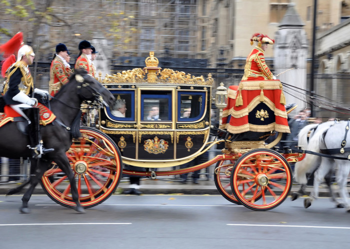 Ее Величество королева Великобритании по пути в Парламент.