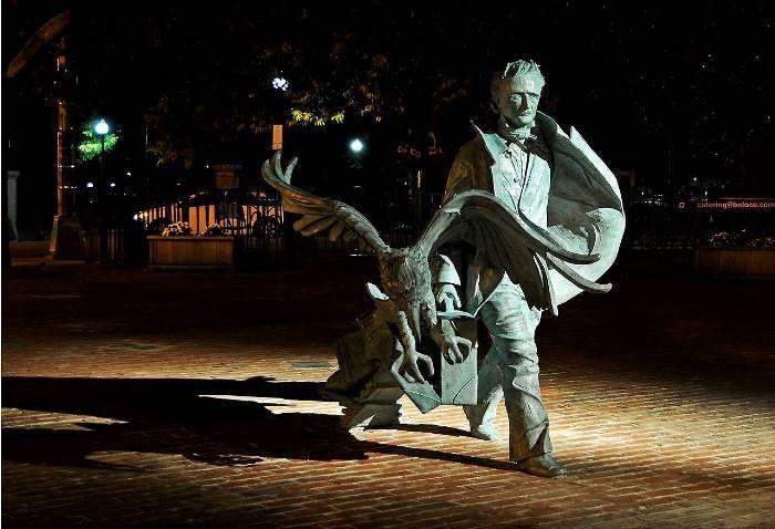 Памятник писателю Эдгару По. | Фото: ic.pics.livejournal.com.