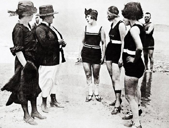 Слитные купальники - новомодные веяния в начале 20 века, которые принимались далеко не всеми.