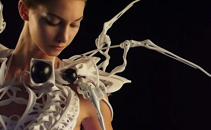 Высокотехнологичное платье с механическими конечностями.