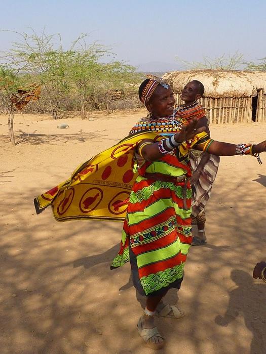 Африканка живет в деревне, где нет мужчин.