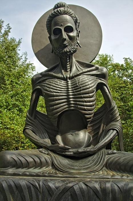 Своеобразная статуя Будды.