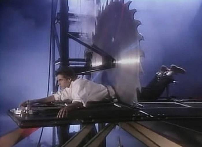 Дэвид Копперфильд демонстрирует фокус с пилой.