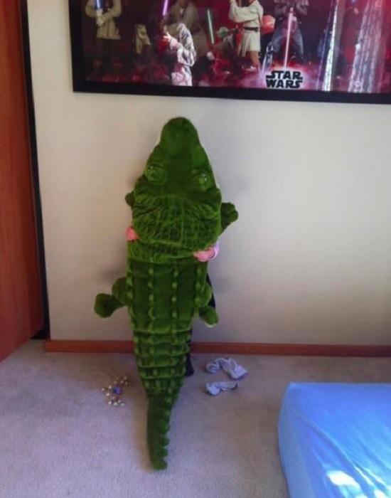 Малыш хорошо замаскировался под крокодила.