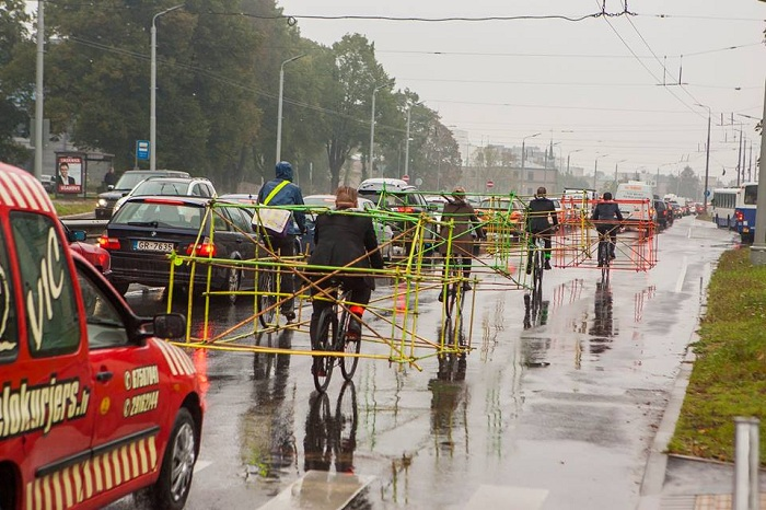 Латвийские адвокаты едут на работу в необычных каркасах.